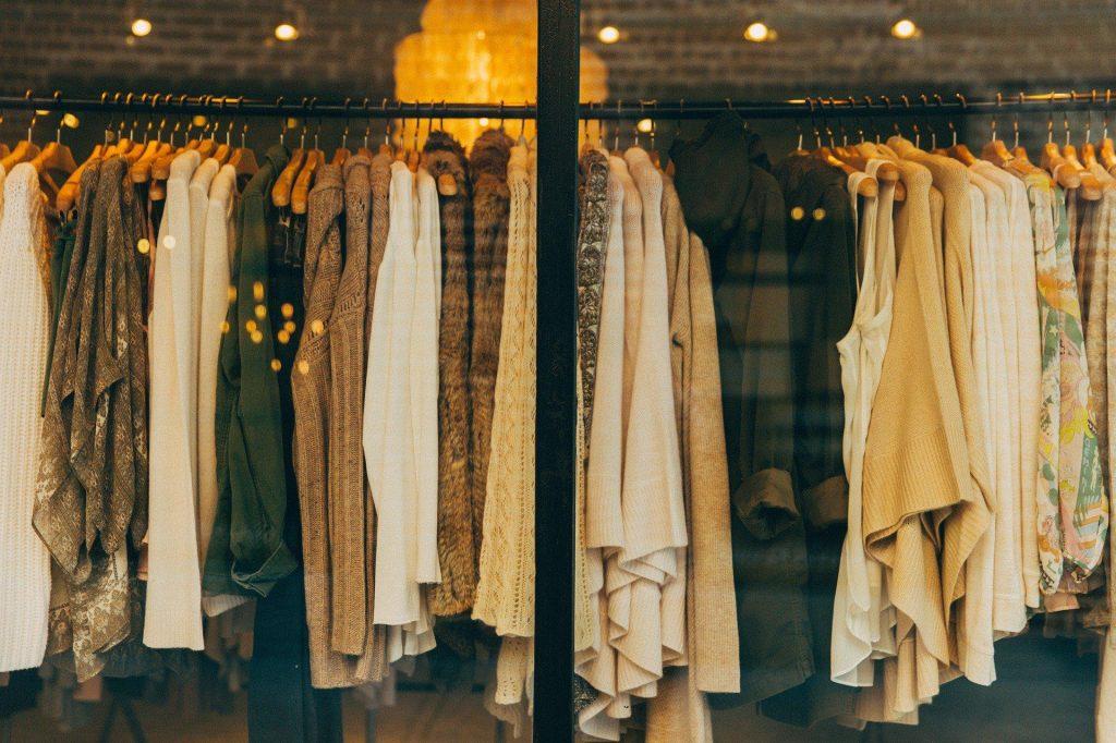 Klasyczne ubrania, które każda kobieta powinna mieć w szafie
