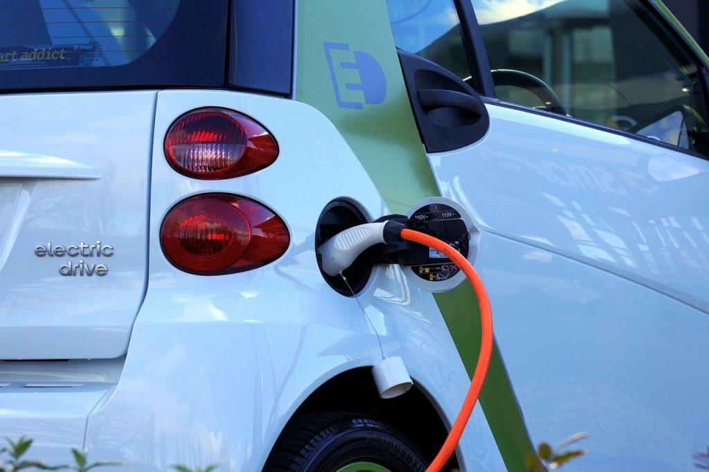 Samochód elektryczny – jakie korzyści wynikają z jego użytkowania?